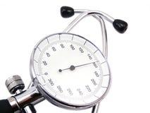 Blutdruckmeßinstrument auf weißem Hintergrund mit weichem Schatten Stockbild