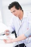 Blutdruckmessen Stockfoto