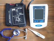 Blutdruckmonitor, -stethoskop und -thermometer Stockfotografie