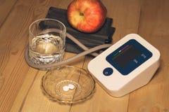 Blutdruckmonitor und -pillen Stockfoto