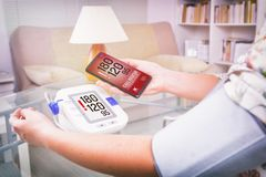 Bluthochdruck - rufend um Hilfe bei intelligenter Telefon-APP Stockfotos