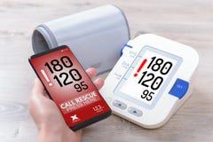 Bluthochdruck - rufend um Hilfe bei intelligenter Telefon-APP Stockbild