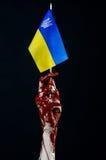 Blutige Hände, die Flagge von Ukraine im Blut, Revolution in Ukraine, schwarzer Hintergrund Lizenzfreies Stockbild