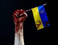 Blutige Hände, die Flagge von Ukraine im Blut, Revolution in Ukraine, schwarzer Hintergrund Lizenzfreie Stockbilder