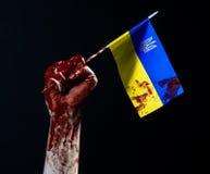 Blutige Hände, die Flagge von Ukraine im Blut, Revolution in Ukraine, schwarzer Hintergrund Stockfoto