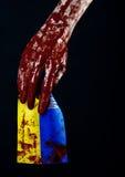 Blutige Hände, die Flagge von Ukraine im Blut, Revolution in Ukraine, schwarzer Hintergrund Stockfotografie