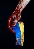 Blutige Hände, die Flagge von Ukraine im Blut, Revolution in Ukraine, schwarzer Hintergrund Stockfotos