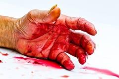 Blutige Hand auf dem Tisch eine Gewalttätigkeit oder ein Furchthorrorkonzept Stockbilder