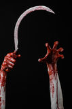 Blutige Hand, die eine Sichel, Sichel blutig, blutige Sense, blutiges Thema, Halloween-Thema, schwarzer Hintergrund, lokalisiert  lizenzfreies stockfoto