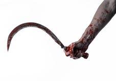 Blutige Hand, die eine Sichel, Sichel blutig, blutige Sense, blutiges Thema, Halloween-Thema, weißer Hintergrund, lokalisiert häl lizenzfreies stockbild