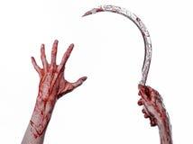 Blutige Hand, die eine Sichel, Sichel blutig, blutige Sense, blutiges Thema, Halloween-Thema, weißer Hintergrund, lokalisiert häl lizenzfreie stockfotos