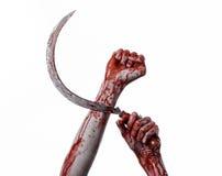 Blutige Hand, die eine Sichel, Sichel blutig, blutige Sense, blutiges Thema, Halloween-Thema, weißer Hintergrund, lokalisiert häl lizenzfreie stockbilder