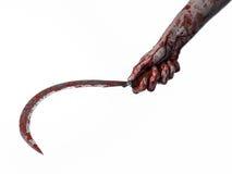 Blutige Hand, die eine Sichel, Sichel blutig, blutige Sense, blutiges Thema, Halloween-Thema, weißer Hintergrund, lokalisiert häl stockbild