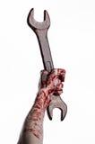 Blutige Hand, die einen großen Schlüssel, blutigen Schlüssel, großer Schlüssel, blutiges Thema, Halloween-Thema, verrückter Mecha Stockfotografie