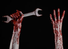 Blutige Hand, die einen großen Schlüssel, blutigen Schlüssel, großer Schlüssel, blutiges Thema, Halloween-Thema, verrückter Mecha Lizenzfreies Stockfoto