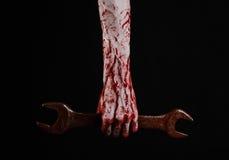 Blutige Hand, die einen großen Schlüssel, blutigen Schlüssel, großer Schlüssel, blutiges Thema, Halloween-Thema, verrückter Mecha Lizenzfreie Stockfotografie