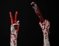 Blutige Hand, die einen justierbaren Schlüssel, blutigen Schlüssel, verrückter Klempner, blutiges Thema, Halloween-Thema, schwarz Stockfotos