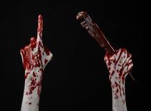 Blutige Hand, die einen justierbaren Schlüssel, blutigen Schlüssel, verrückter Klempner, blutiges Thema, Halloween-Thema, schwarz Lizenzfreies Stockbild