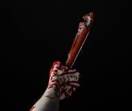 Blutige Hand, die einen justierbaren Schlüssel, blutigen Schlüssel, verrückter Klempner, blutiges Thema, Halloween-Thema, schwarz Stockbild