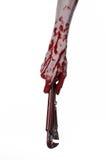 Blutige Hand, die einen justierbaren Schlüssel, blutigen Schlüssel, verrückter Klempner, blutiges Thema, Halloween-Thema, weißer  Stockfotografie