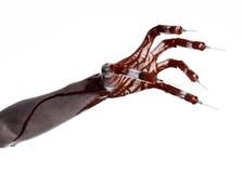 Blutige Hand mit Spritze auf den Fingern, Zehenspritzen, Handspritzen, schreckliche blutige Hand, Halloween-Thema, Zombiedoktor,  Stockfoto