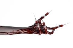 Blutige Hand mit Spritze auf den Fingern, Zehenspritzen, Handspritzen, schreckliche blutige Hand, Halloween-Thema, Zombiedoktor,  Lizenzfreie Stockfotografie