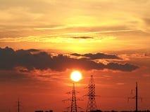 Blutiger Sonnenuntergang auf dem Hintergrund von Linien stockfoto