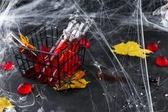 Blutiges Cocktail in den Glasrohren für Halloween-Parteifeier Stockfotos