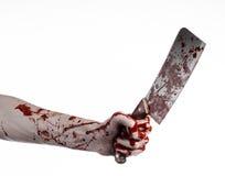 Blutiges Halloween-Thema: blutige Hand, die ein großes blutiges Küchenmesser auf einem weißen Hintergrund lokalisiert hält Lizenzfreies Stockbild