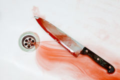Blutiges Messer in der Wanne Stockbild