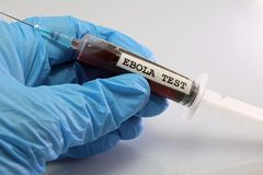 Blutprobe des Ebola Virus auf einer Spritze Lizenzfreies Stockfoto