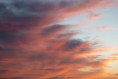 Blutroter bewölkter Sonnenuntergang-Himmel Lizenzfreie Stockfotos