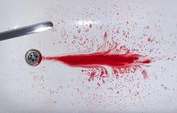Blutstropfen im Bad und im Hahn Stockfotos