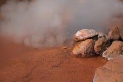 (Blutteich Hölle) eine heißer Quelle mit neun der brennenden Höllen (auf Senator) in Beppu, Oita, Japan im Herbst Lizenzfreie Stockfotos
