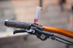 Blutung der Bremsen auf einem Fahrrad stockbild