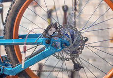 Blutung der Scheibenbremsen auf einem Fahrrad stockfoto