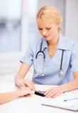 Blutzuckerwert der Ärztin oder der Krankenschwester messender Stockfotos