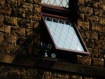 Blyat fönster med trofén i fönsterterrasshuset Royaltyfri Fotografi