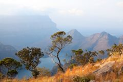 Blyde Rzeczny jar, trzy zielonego drzewa, błękitnego jezioro i góry w chmurach w zmierzchu, zaświecamy tło, Południowa Afryka obrazy stock