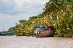 Blye rosso dipinto osserva le barche sull'ANC del villaggio di delta del Vietnam il Mekong immagini stock libere da diritti
