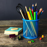 Blyertspenna-ask och skolautrustning på tabellen tillbaka skola till Royaltyfri Bild