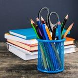 Blyertspenna-ask och skolautrustning på tabellen tillbaka skola till Royaltyfri Foto