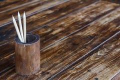 Blyertspenna i bambu på wood tabellbakgrund Arkivfoto