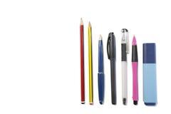 Blyertspenna-, kulspetspenna- och highlighterpenna på vit bakgrund Arkivbilder