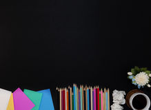 blyertspenna med den färgrika pappers- anmärknings- och kaffekoppen på kontorsläder Arkivbilder