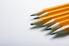Blyertspenna med erfarenhet Nya och använda blyertspennor Tomt avstånd för text Fotografering för Bildbyråer