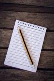 Blyertspenna med notepaden Arkivfoto