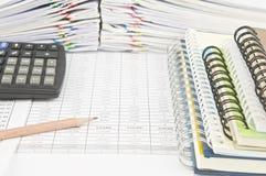 Blyertspenna och anteckningsbok med räknemaskinen på finanskonto arkivbild
