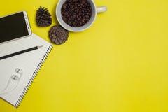 Blyertspenna och kaffe med utrymme arkivbild