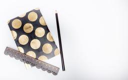 Blyertspenna och linjal på anteckningsboken Blyertspenna och linjal på anteckningsboken med kopieringsutrymme på vit bakgrund Ins royaltyfri foto